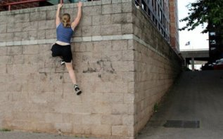 girl-parkour-wall-climb